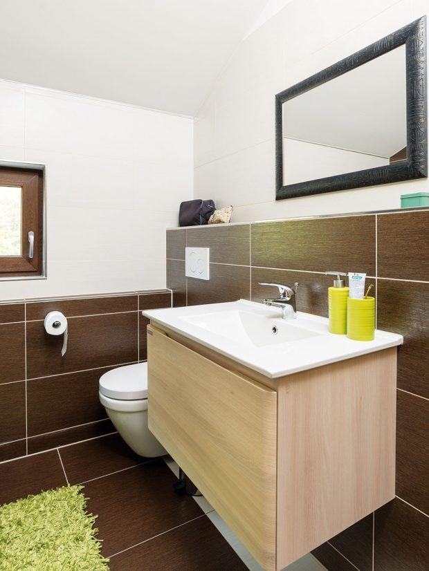 Toaleta je šikovně skrytá za koupelnovou skříňku. Foto RD Rýmařov