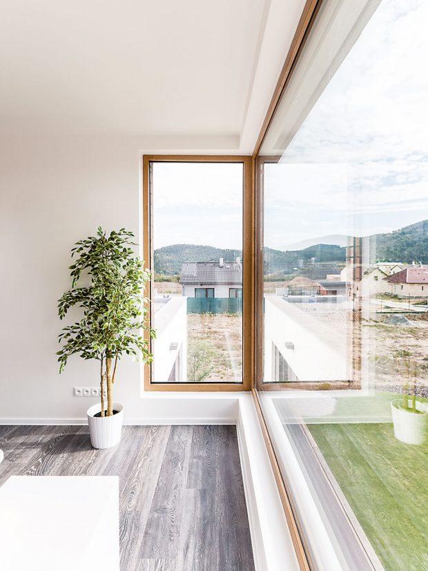Na dřevostavbě vLevíně použili okna strojitým zasklením akvalitními plastovými profily – Inoutic Eforte (dřevěný dekor vposchodí obloženém dřevem) aInoutic Prestige (antracitová šedá na omítnutém přízemí). Foto LUCERN
