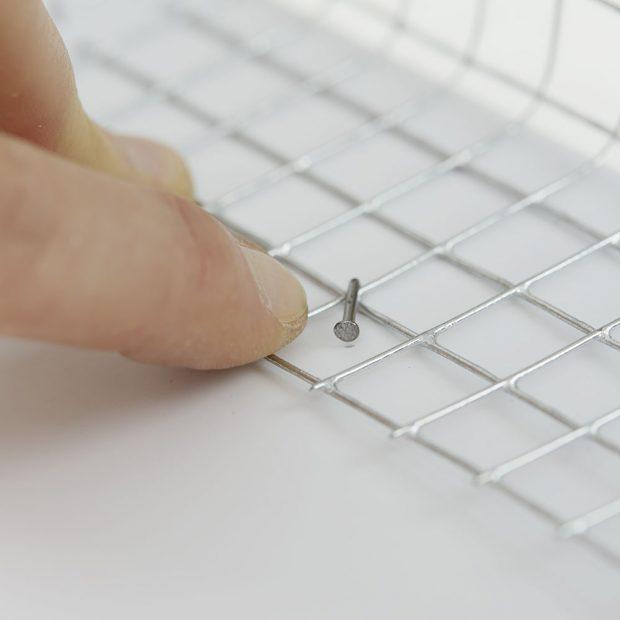 6. HŘEBÍK Používáme pozinkované hřebíky dlouhé 25 mm, které po přibití ohneme, čímž se přichytí pletivo.foto: Möbelix