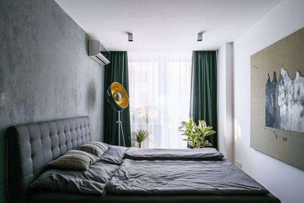 """Část stěn svou povrchovou úpravou imituje beton. Pro dosažení tohoto efektu byla použita speciální strukturovaná barva. """"Řemeslníci něco takového dělali poprvé, ale díky supervizi architektky, která stála unich aradila jim, stojí výsledek za to,"""" přibližuje majitel. FOTO NORA AJAKUB ČAPRNKOVI"""