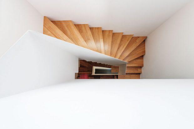 Centrální schodiště je prvek společný pro oba domy. Jeho poloha přispěla kminimalizaci komunikačních prostorů aracionálnímu využití podlažní plochy. FOTO BORIS MELUŠ