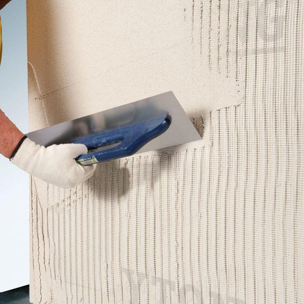 Lehčená jednovrstvá omítka pro ruční istrojové použití svynikající zpracovatelností, vyztužená sklovláknitou mřížkovou tkaninou. FOTO YTONG