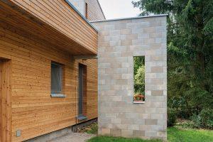 Dům, kterým prochází betonová zeď, je dispozičně připraven na rozšíření v další fázi stavby. Foto Martin Zeman