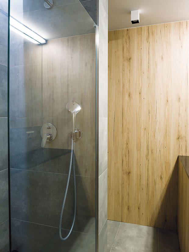 """Koupelna sWC barevně imateriálově harmonizuje se zbytkem bytu. Místo vany se tu nachází praktický """"walk-in"""" sprchový kout. FOTO NORA AJAKUB ČAPRNKOVI"""