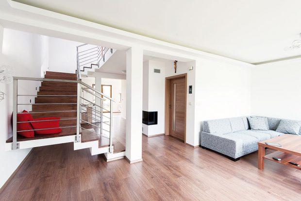 Obývací pokoj je vyhrazen západní části dispozice přízemí. Vstupní prostor, technickou místnost, WC akomoru seskupil architekt do kompaktního bloku ujižní stěny, který vsadil mezi obývací pokoj akuchyň. FOTO TREEA