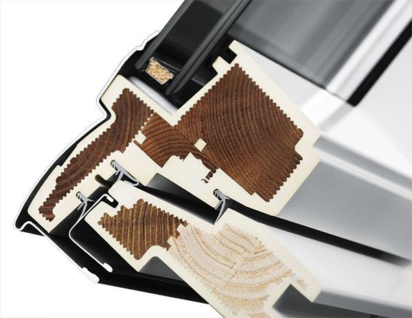 Bezúdržbové střešní okno VELUX kombinuje benefity dřevěného jádra sochrannou polyuretanovou vrstvou. Bílé bezúdržbové střešní okno VELUX je tvořeno dřevěným jádrem zalitým do vrstvy polyuretanu. Polyuretanová vrstva je opatřena bílým finálním lakem sUV filtrem. Díky polyuretanu zůstává lak ipři působení slunečního záření stále bílý anemění svou barvu. Okna nemusíte dále lakovat anevyžadují žádnou údržbu. Povrch je odolný ivůči poškrábání. FOTO VELUX