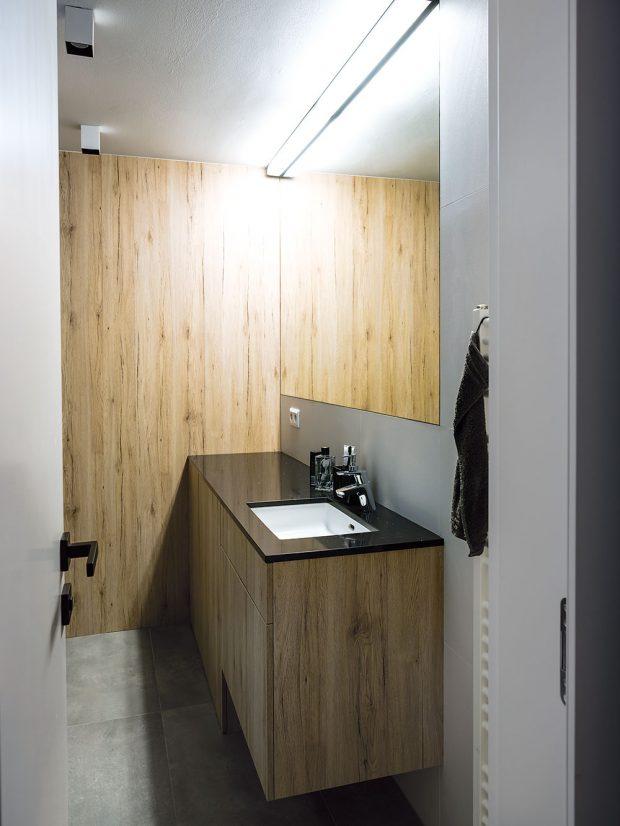 Veškerý nábytek včetně kuchyňské linky, konferenčního stolku vobývacím pokoji, šatních skříní vložnici, samotné šatny aumyvadlové skříňky vkoupelně vyrobilo na míru studio Daniela Interiér. FOTO NORA AJAKUB ČAPRNKOVI