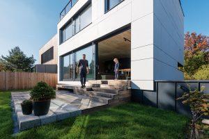 Dřevěná terasa navazuje na denní prostor v domě a spojuje ho se zahradou. FOTO BORIS MELUŠ