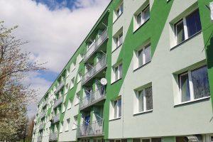 Finální povrchovou vrstvou fasády bytového domu je stěrková silikonová omítka na bázi silikonové pryskyřice Silancolor Tonachino 1,5 mm, spodní část je ošetřena ochranným antigraffiti systémem Wallgard Graffiti Barrier. FOTO MAPEI