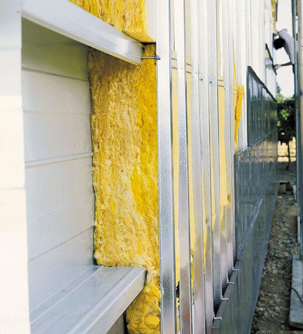 Moderní fasády tvořené zavěšeným nebo předsazeným obvodovým pláštěm s tepelnou izolací před nosnou konstrukci, například z ocelového nebo betonového skeletu, a případnou vyzdívkou z lehkých zdicích materiálů. FOTO ISOVER