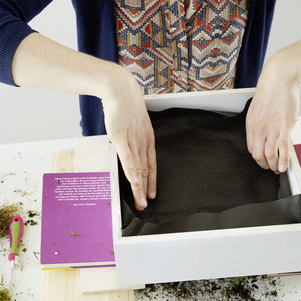 11. PŮDA Následuje vrstva půdy a geotextilie, kterou ji přikryjeme. Na závěr přibijeme zadní dřevěnou desku. foto: Möbelix