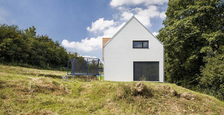 Stroze tvarovaný rodinný dům na okraji obce Otvovice
