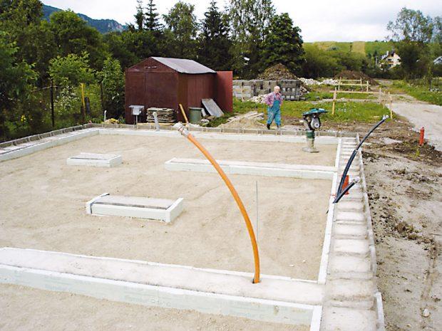 Správné založení stavby je klíčové pro všechny následné procesy, proto bylo raději ponecháno zkušeným řemeslníkům. FOTO TREEA