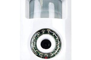 PIR kamera Solight snočním viděním pořizuje při aktivaci PIR čidlem nebo stiskem tlačítka videozáznam po dobu 30 s. Kamera má detektor pohybu na 1 až 8 m, vertikální úhel záběru 90° ahorizontální úhel záběru 120°.