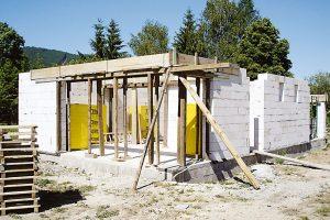 Stavební systém zpórobetonu byl zvolen isohledem na to, že je ideální pro svépomocnou výstavbu, je jednoduchý akomplexní. FOTO TREEA