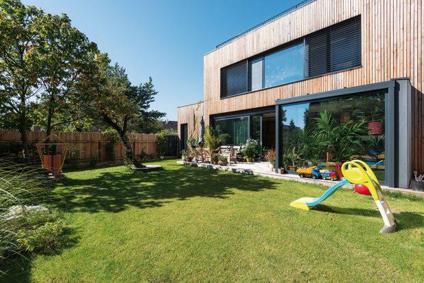 Vdomě B je denní prostor vjedné rovině se zahradou igaráží. FOTO BORIS MELUŠ