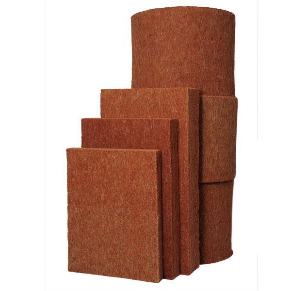"""Termo-Konopí Combi-Jute je jakostní přírodní izolační materiál vhodný k izolaci střech, stropů, podlah, vnitřních i vnějších stěn. Hodí se do difuzně otevřených skladeb – skladba je prodyšná, takzvaně """"dýchá"""", a tudíž v ní nekondenzuje voda, není náchylná k plísním a má klimatizační účinek. Má také výborné akumulační schopnosti (dvojnásobná tepelná kapacita oproti minerální izolaci), takže lépe chrání před horkem v létě a chladem v zimě. FOTO IZOLACE KONOPÍ"""