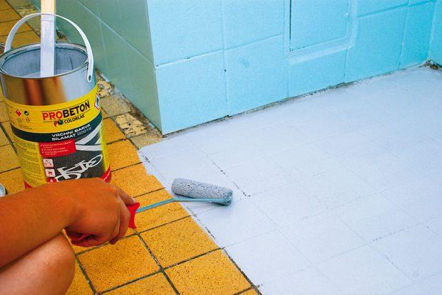 21. NÁTĚR PODLAHY Nylonovým válečkem nanášíme důkladně rozmíchanou barvu na podlahu. Díky dlaždicím se nám jednoduše vymezují pracovní úseky. Foto Marcela Gigelová