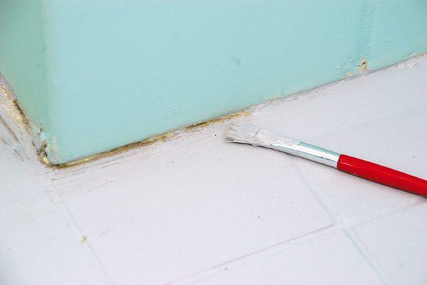 23. ZATŘENÍ DETALŮ Štětcem zatřeme detaily vtěsné blízkosti stěn apřetřeme celou plochu podlahy ještě jednou. Tím vznikne film odolný proti mechanickému oděru. Foto Marcela Gigelová