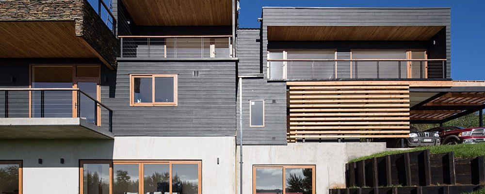 I v krásném přírodním prostředí může vyrůst velký dům, který v něm bude působit harmonicky