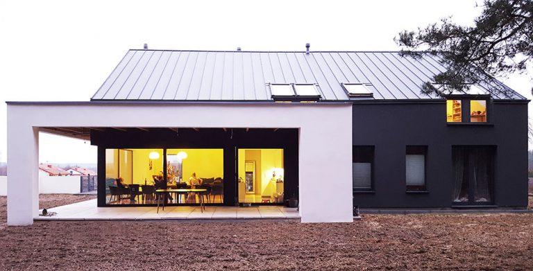 Novostavba na způsob stodoly: Minimalismus osvěžen Severským stylem