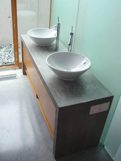 Betonový stolek pod umyvadla z pohledového betonu. zdroj: Českomoravský beton