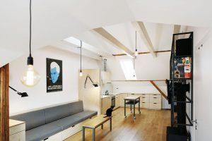 Interiér je na několika místech ozvláštněn výraznějším prvkem. Světlé odstíny březového dřeva doplňuje extravagantní plakát. Foto TRAGA