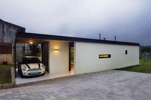 Střecha vystupuje mimo samotný objem domu anabízí tak kryté stání pro jeden automobil. Foto HECTOR SANTOS DIEZ