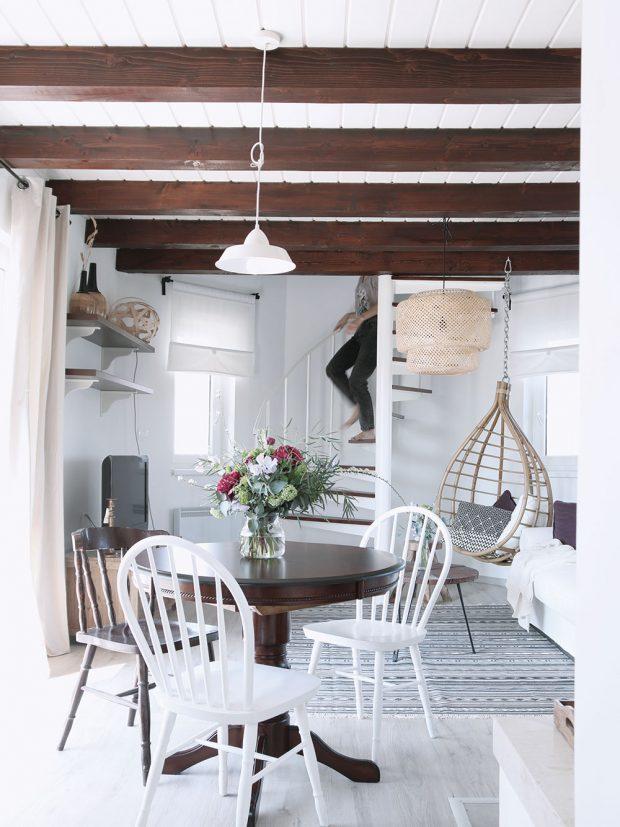 Na podlahu byl použit bílený dub, který vytváří příjemný kontrast stmavými dřevěnými trámy. Foto HAUSMAUS