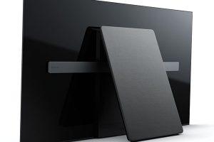 Minimalistická estetika televizorů Sony A1 OLED 4K Ultra HD je vyjádřena konceptem One Slate. Designéři televizorů využili technologii OLED ktomu, aby všechny funkce integrovali do obrazovky samotné. Zvuk tak vzniká vibracemi samotného displeje díky technologii Acoustic Surface™ acelková konstrukce je zhotovena pouze primární deskou obrazovky aopěrnou deskou vzadní části, aby zařízení vypadalo přirozeně aelegantně vjakémkoli prostoru. Když totiž estetiku obrazu, zvuku idesignu sloučíte do jediného, sjednoceného celku, nic víc není potřeba. Televizor zároveň vytváří neopakovatelný kontrast prostřednictvím procesoru X1 Extreme™, který jednotlivě ovládá více než 8 milionů pixelů svlastním osvětlením. FOTO SONY
