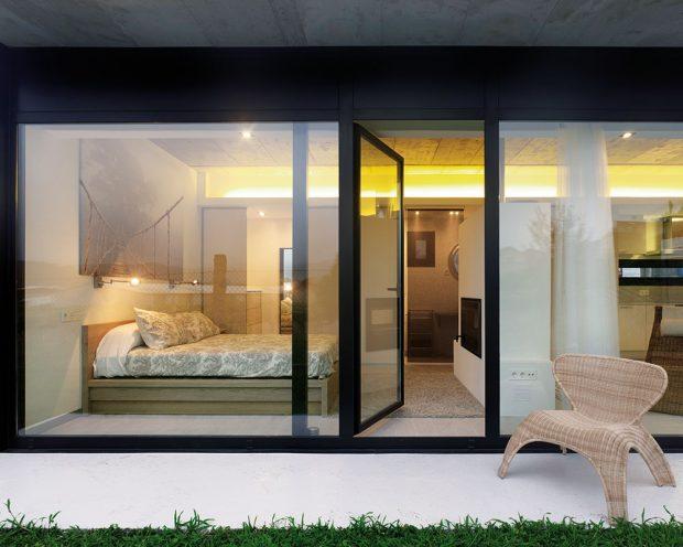 Na oknech jsou umístěny železobetonové konstrukce, chránící vletních měsících dům před sluncem. Foto HECTOR SANTOS DIEZ