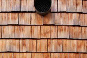 Detail obložení domu, ze štípaných modřínových šindelů. foto BoysPlayNice