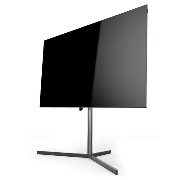 """Pomyslné zlato získal na iF Gold Award OLED televizor Loewe Bild 7, který byl označen jako """"nejkrásnější OLED televizor na světě"""". Porota ocenila kombinaci konstrukčního přístupu, inovací ipoužití nových materiálů. Celkový koncept zapadá díky harmonickému sladění barev apovrchových úprav do jakéhokoli moderního prostředí. Stejnou příčku, tedy ocenění """"Gold"""", si odvezl tento televizor také zGerman Design Awards 2017 vkategorii Zábava. Sobrazovkou oúhlopříčce 140 nebo 164 cm je štíhlejší než většina chytrých telefonů asplňuje nejvyšší nároky na kvalitu obrazu izvuku. Integrovaný soundbar ovýkonu 120 wattů, který odhalí až po zapnutí televizoru důmyslný motorizovaný systém, poskytuje prokreslený amohutný zvuk. FOTO LOEWE"""