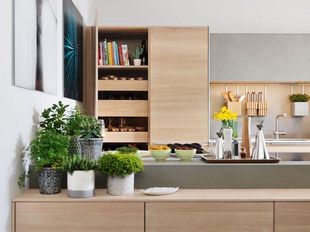 Příborník, který je ve stejném provedení jako kuchyňské skříňky Filigno, můžete umístit dál od samotné linky. Docílíte tím propojenosti sjídelním nebo obývacím prostorem. FOTO TEAM 7