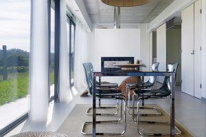Architekti nezapomněli ani na důležitost pohodlného stolování adoprostřed místnosti umístili veliký jídelní stůl. Foto HECTOR SANTOS DIEZ