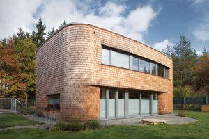 Velikost domu museli architekti přizpůsobit velikosti ostatních staveb vlokalitě. foto BoysPlayNice