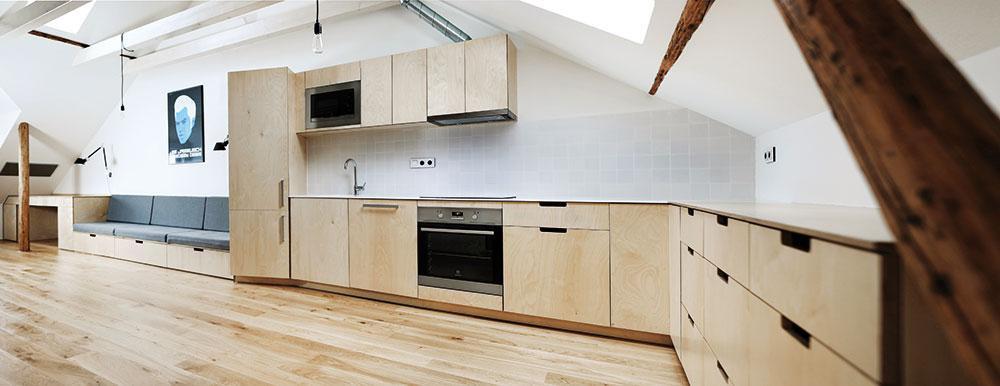 Architekti proměnili tísnivý tmavý podkrovní byt ve vzdušné prosvětlené místo