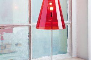 Skleněná stolní lampa archetypálního tvaru pochází zdílny původem českého studia Dechem. Ručně foukaná skleněná konstrukce umožňuje obdivovat všechny technické detaily uvnitř lampy. FOTO KAVALIER
