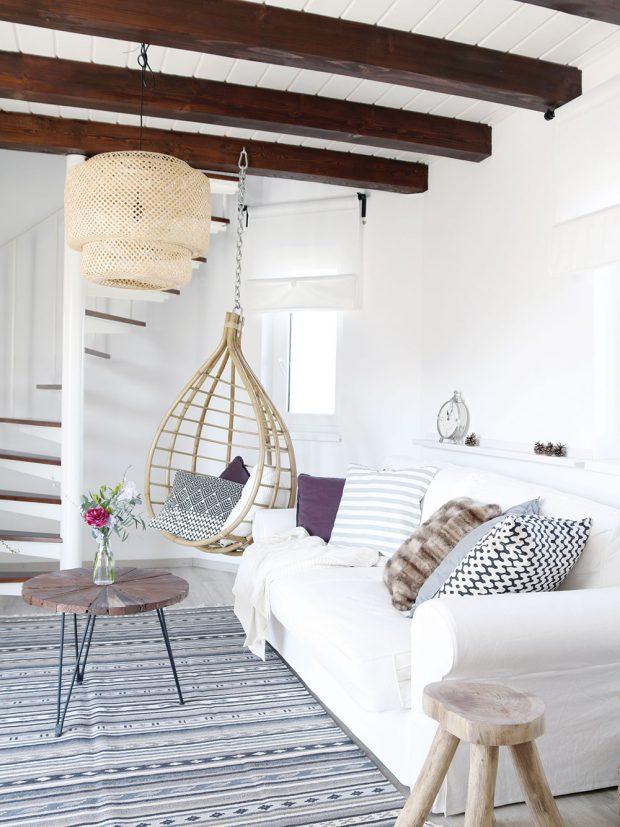 Závěsné houpací křeslo majitelka využije při chvílích oddychu asoučasně pomáhá využít prostor, který nechtěly zahltit úložnými prostory. Foto HAUSMAUS