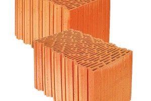 Cihly broušené Porotherm 44 EKO+ Profi splňují vysoké nároky na tepelný odpor atepelnou akumulaci stěny. Jsou určeny pro omítané jednovrstvé obvodové nosné inenosné zdivo tloušťky 440 mm. Zdění se provádí na maltu pro tenké spáry Porotherm Profi, která je vodpovídajícím množství součástí dodávky cihel. FOTO WIENERBERGER