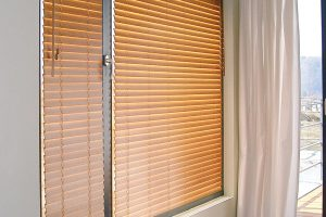 Pokud ztechnických nebojiných důvodů není možné namontovat exteriérové stínění, můžete použít náhradní řešení ve formě interiérových bambusových žaluzií, které jsou schopné ze sedmdesáti procent nahradit vnější stínění adají se namontovat prakticky všude. Bambus je izolační přírodní materiál, který teplo asluneční paprsky pohlcuje, takže teplo nesálá do místnosti, jak je tomu uhliníkových materiálů. Zároveň příjemně dotváří vzhled interiéru anavozuje atmosféru přírody. Vyrábí se vodstínech běžných dřevin, ve více vyhotoveních, přímo na míru apodle požadavků zákazníka. FOTO LAMA-BS