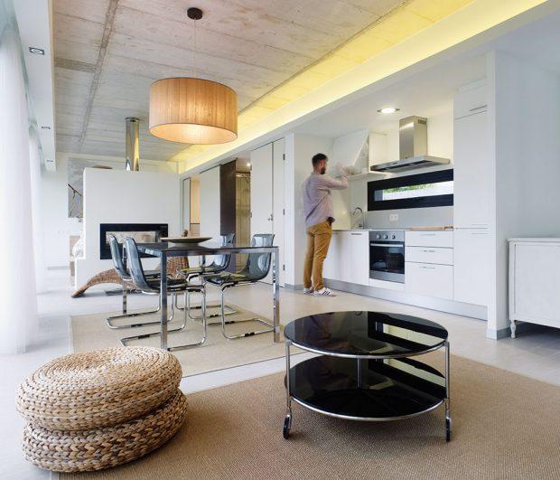 Kuchyň je v otevřeném prostoru symbolicky oddělena dvěma postranními příčkami. Foto HECTOR SANTOS DIEZ