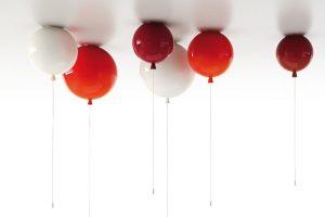 Kolekce svítidel Memory od Borise Klimka, který je navrhl pro značku Brokis, odkazuje na bezstarostné dětství. Různé povrchy, barvy avelikosti svítidel, ve tvaru nafouknutých balonků, zaručují zážitek zosvětlení nejen dospělým. FOTO BROKIS