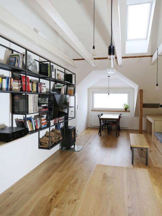 Pod novým horizontálním oknem vznikl prostor jako stvořený pro jídelní stůl. Rozmístění, výška adruh svítidel ještě více podtrhují charakter podkroví. Foto TRAGA