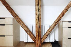 V interiéru vynikají původní trámy v kombinaci s březovým dřevem hlubokých zásuvek. Foto TRAGA