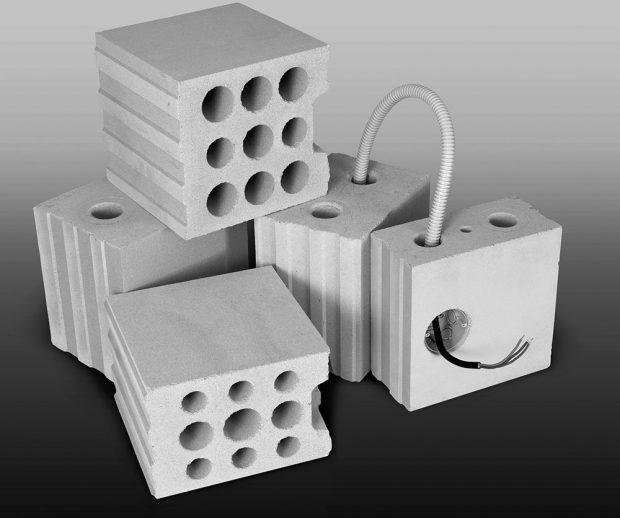 Bloky VAPIS selektrokanálkem jsou kdispozici vtloušťkách 115, 175, 200 a240 mm. FOTO ČESKOMORAVSKÝ BETON