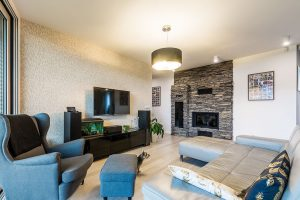 Prostorný interiér tvoří tři hlavní zóny. Vjeho delší východní části jsou ložnice adětské pokoje, uprostřed domu je denní místnost avkratším modulu technická místnost sdvougaráží. Foto MIRO POCHYBA