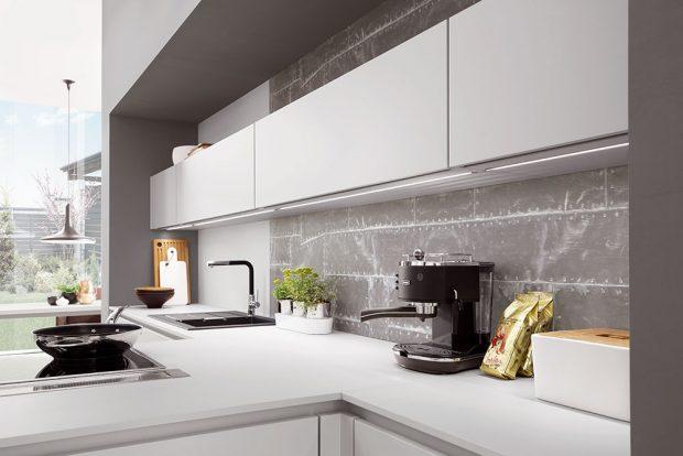 Jednoduchá čela skříněk kuchyně Fanny jsou dostupná hned vedvou moderních provedeních – vmatné alpské bílé nebo matné hedvábně šedé. FOTO SIKO