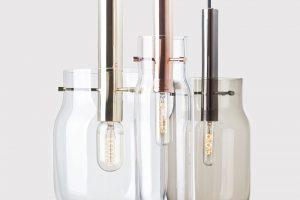 Závěsné nebo stolní svítidlo Bandaska Light od Dechem skřišťálově čirým, kouřově šedým nebo barevným sklem aměděnou, mosaznou nebo kovovou antracitovou částí. Není třeba vysvětlovat, proč se kolekce nazývá Bandaska. Foto DECHEM