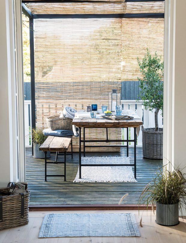 Exteriérové sezení sdávkou patiny? Proč ne. Vsadit můžete na tvarově jednoduchý nábytek, který kombinuje dřevo akov. Nezapomeňte na výsadbu například vefektních kovových květináčích nebo proutěných koších. Modely od značky Ib Laursen naleznete na www.bellarose.cz FOTO IB LAURSEN